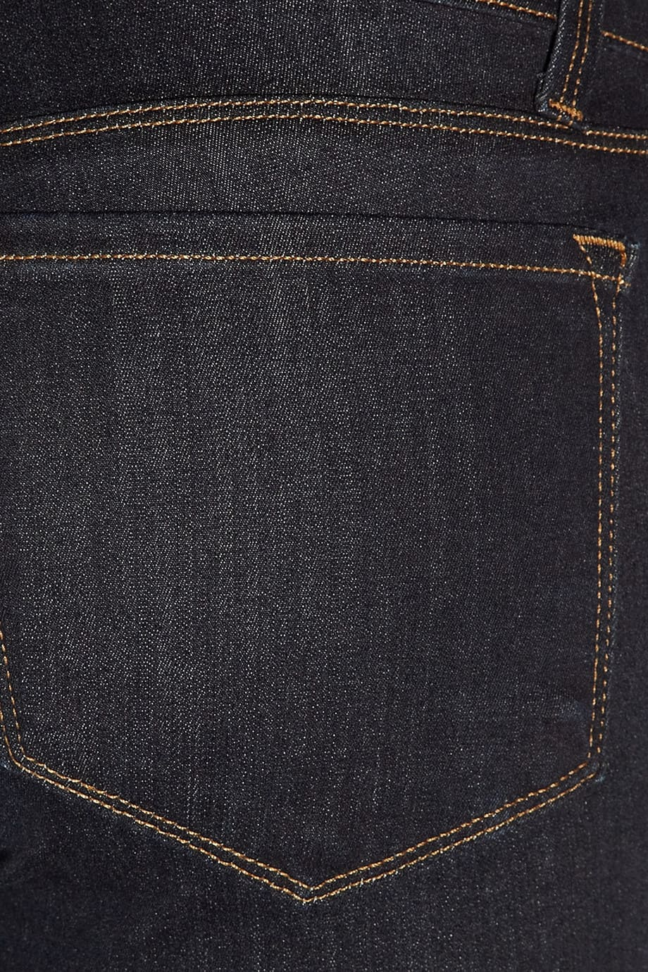 image Arborer le look de (Black Widow) Natasha Romanoff en jeans J Brand 23