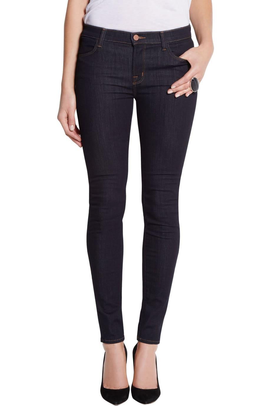 image Arborer le look de (Black Widow) Natasha Romanoff en jeans J Brand 26